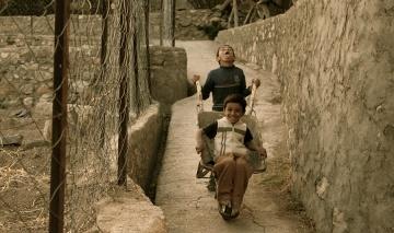 Deux petits garçons Omanais solidaires pendant leurs trajets dans les montagnes.